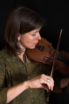 Free Woman Playing Violon Royalty Free Stock Photos - 2467488