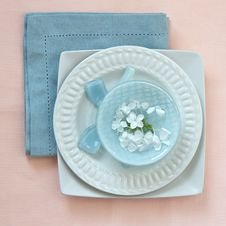 Free Table Place Setting In Pink And Blue Royalty Free Stock Photography - 24695077
