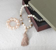 Free Pearl Bracelet And Necklace Stock Photo - 24710130