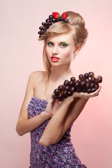 Woman With Strawberry And Bunch Of Grapes Royalty Free Stock Photography