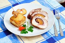 Free Rabbit And Potatoes Serving Royalty Free Stock Image - 24846286