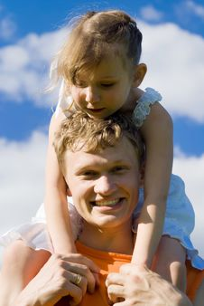 Free The Father Holds The Daughter On His Shoulders Royalty Free Stock Photos - 24872618