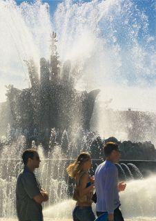 Free Sunny Fountain Royalty Free Stock Photos - 252218