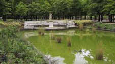 Free A Pond With A Statue In The Garden Of The Tuilerie Royalty Free Stock Images - 25242269