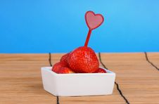 Free White Dish With Ripe Fresh Strawberries Stock Image - 25312191