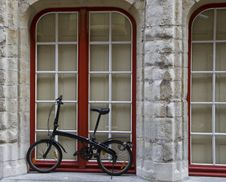 Free Modern Bicycle Against A Window Stock Photo - 25337420