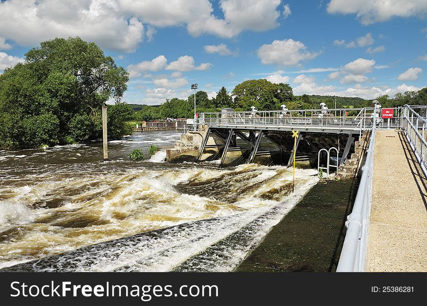 Weir and sluice gate on the River Thames