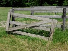 Free Old Gray Wood Gate In Pasture Stock Images - 25465654