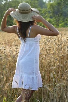 Free Young Girl With Hay Hat In A Wheat Field Royalty Free Stock Photo - 25571915