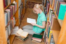 Female University Student Read Book In The Library Royalty Free Stock Images