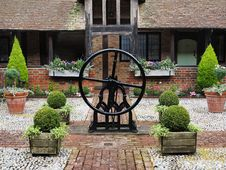 Free Medieval Cobbled English Courtyard Garden Royalty Free Stock Photography - 25630997