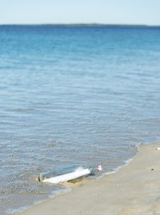 Free Message In A Bottle On A Deserted Beach Royalty Free Stock Photos - 25667258