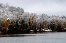 Free Lake Shore After Late Fall Snow Stock Photography - 25720862