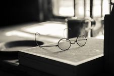 Free Old Reading Glasses Royalty Free Stock Images - 25726699