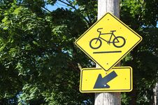 Free Bicycle Path Road Sign Royalty Free Stock Photography - 25727537