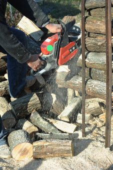 Free Chainsaw Cut The Log Royalty Free Stock Photography - 25844197