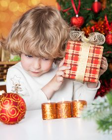 Free Funny Child Holding Gift Royalty Free Stock Photos - 25860618