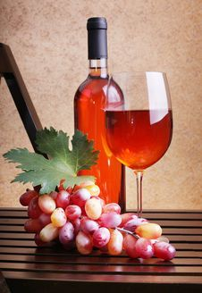 Free Wineglass, Wine Bottles And Grapes Royalty Free Stock Images - 25981989