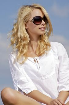 Free Beautiful Girl In Sunglasses On Blue Sky Royalty Free Stock Images - 25987979