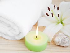 Free White Lilly And Towel Royalty Free Stock Photo - 26016075
