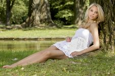 Free Blond Wonam In The Garden Stock Photography - 26032332