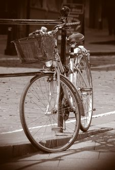 Free Old Bicycle Royalty Free Stock Images - 2611769