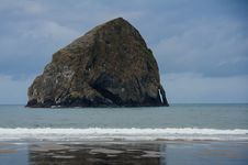 Free Hay Stack Rock At Pacific City, Oregon Royalty Free Stock Photo - 26162775