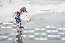Free Young Girl Playing Royalty Free Stock Photo - 26229255
