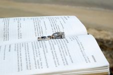 Free Wedding Rings On A Bible Stock Images - 26285684