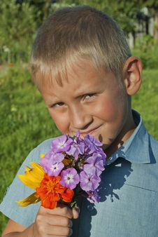 Free The Boy With A Bouquet Of Flowers Stock Photography - 26305082