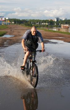 Free Biker Crossing The Water Royalty Free Stock Images - 2642209