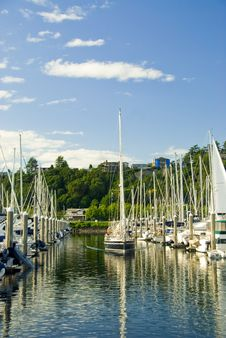 Free Sailboat Leaving The Marina Royalty Free Stock Photography - 2648557