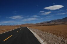 Free Road In Tibet Royalty Free Stock Images - 26438879