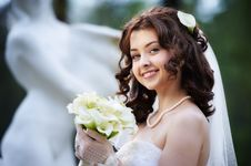 Free Happy Bride With White Wedding Bouquet Stock Photos - 26441583