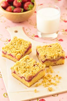 Free Strawberry Crumb Cake Royalty Free Stock Photography - 26569657