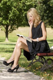 Free Young Woman Reading Book Royalty Free Stock Photos - 26588848