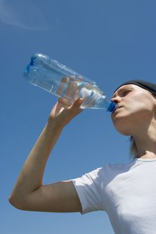 Free Sporty Woman Have Water Royalty Free Stock Photography - 2665167