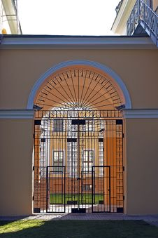 Free Steel Door In The Arch Royalty Free Stock Photography - 26604807
