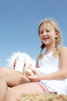 Free A Pretty Young Girl Dines Royalty Free Stock Images - 26622649