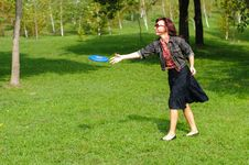 Free Young Woman With Frisbee Stock Photography - 26687702