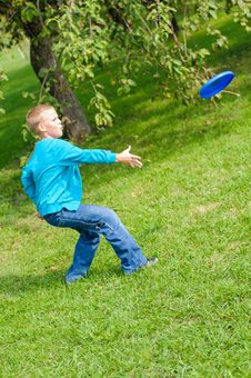 Free Little Boy Playing Frisbee Stock Image - 26687721
