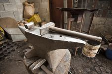 Free Anvil And Hammer Royalty Free Stock Photography - 26722957