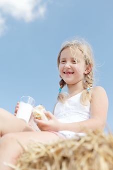 Free Happy Blond Girl Eating Royalty Free Stock Image - 26732826