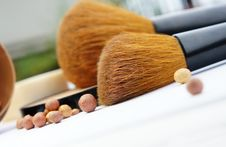 Free Make-up Palette And Brushes Royalty Free Stock Images - 26818849