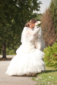 Free Bride And Groom Kissing Stock Photos - 26942893