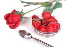 Free Fresh Strawberries And A Rose Royalty Free Stock Images - 2704779