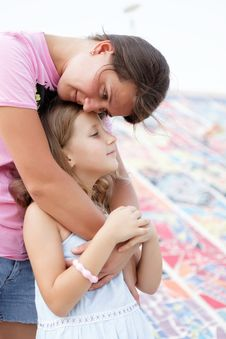 Free Portrait Of Mother And Daughter Royalty Free Stock Images - 27032209