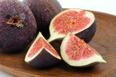 Free Figs On Wooden Plate Royalty Free Stock Photography - 27063977