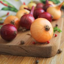 Free Red And Yellow Onions On The Cutting Board Stock Images - 27106834