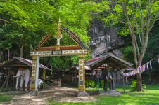 Free Entrance To TheTham Xang Cave Royalty Free Stock Photo - 27125395